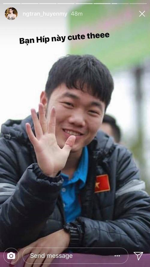 Đứng bên cạnh người đẹp nhưng dàn cầu thủ U23 Việt Nam lại ôm nhau, để mặc Huyền My một mình e ấp! - Ảnh 2.
