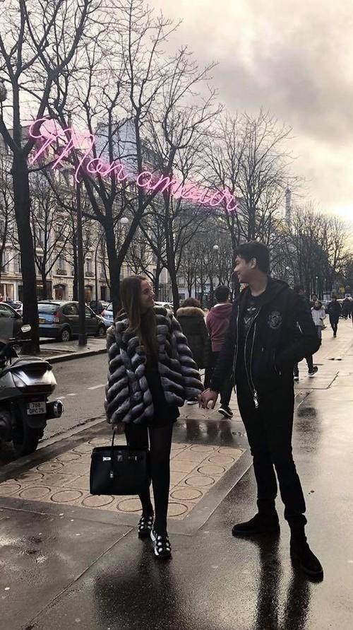 Cô gái Tây xinh đẹp đăng ảnh nắm tay cực tình cảm với Hiếu Nguyễn - Ảnh 1.