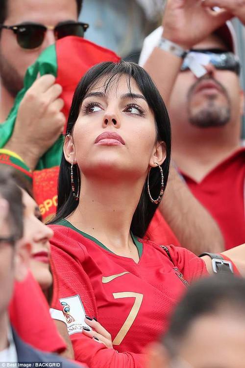 Georgina đẹp hút mắt trên khán đài, tiếp lửa cho Cristiano Ronaldo - Ảnh 1.