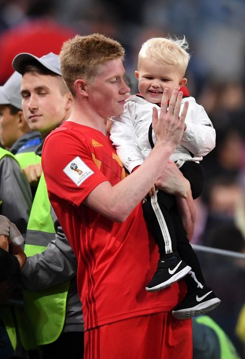 Sao tuyển Bỉ bình yên hôn con trai, dù thất bại trước cửa chung kết World Cup - Ảnh 2.
