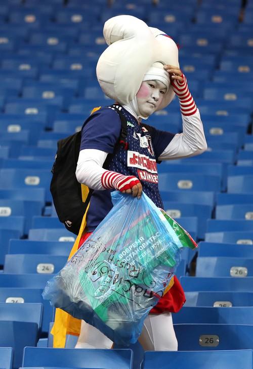Ngưỡng mộ hình ảnh CĐV Nhật Bản vừa khóc nức nở, vừa dọn sạch rác trên khán đài - Ảnh 5.