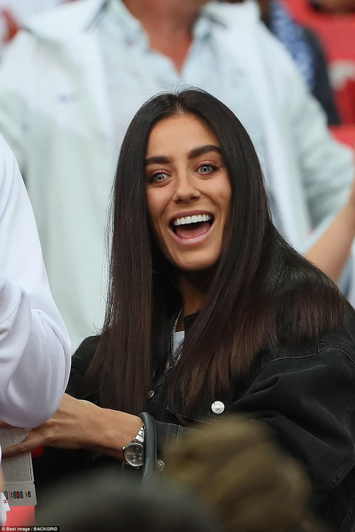 Nụ hôn World Cup: Sao tuyển Anh ôm hôn bạn gái siêu mẫu sau chiến thắng kịch tính - Ảnh 4.