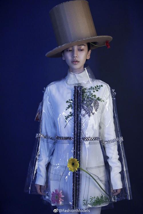 Không phải mẫu trang phục đắt đỏ nào, giờ đây áo mưa mới là thứ được các sao Hoa ngữ chăm diện nhất - Ảnh 9.