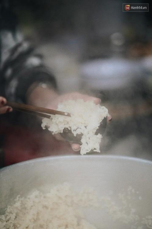 Sáng Hà Nội ăn được gói xôi nghi ngút khói, thấy rét mướt thế này cũng đáng thôi! - Ảnh 3.