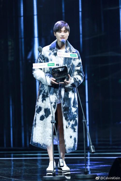 Không phải mẫu trang phục đắt đỏ nào, giờ đây áo mưa mới là thứ được các sao Hoa ngữ chăm diện nhất - Ảnh 5.