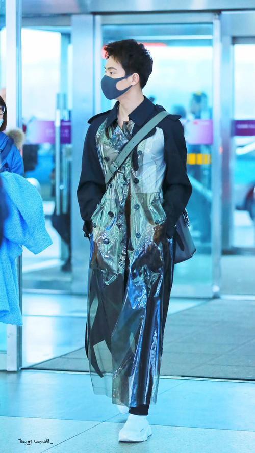 Không phải mẫu trang phục đắt đỏ nào, giờ đây áo mưa mới là thứ được các sao Hoa ngữ chăm diện nhất - Ảnh 10.