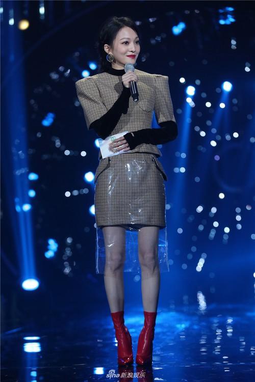 Không phải mẫu trang phục đắt đỏ nào, giờ đây áo mưa mới là thứ được các sao Hoa ngữ chăm diện nhất - Ảnh 4.