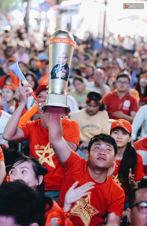 CĐV ở Sài Gòn vỡ oà trong hạnh phúc khi ĐT U22 Việt Nam có chiến thắng nghẹt thở trước Singapore - Ảnh 4.