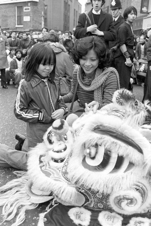 Ngắm khung cảnh rộn ràng đón Tết Nguyên Đán tại Chinatown ở London trong nửa thế kỷ qua - Ảnh 3.