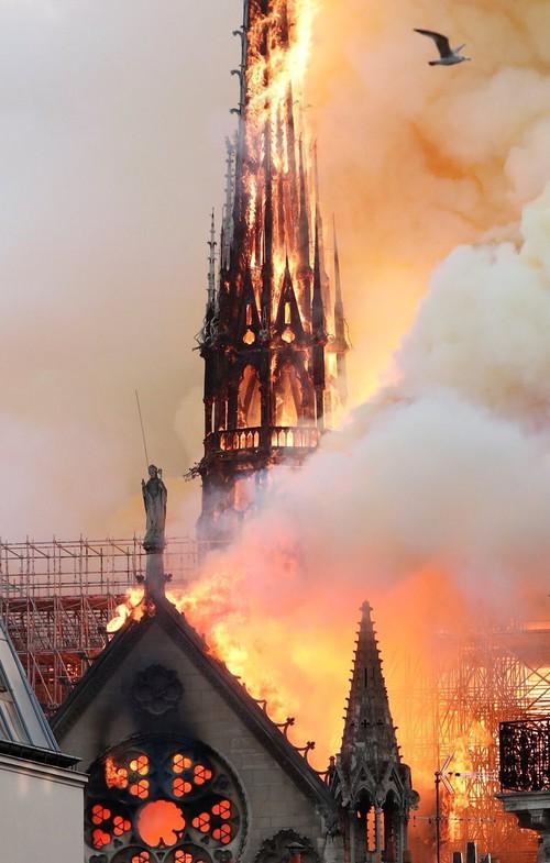 Những hình ảnh thảm khốc khi ngọn lửa lớn tàn phá Nhà thờ Đức Bà Paris tối 15/4 - Ảnh 7.