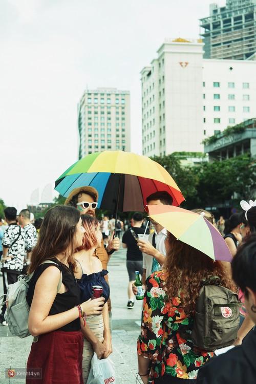 Ngày hội tự hào LGBTI+ ở Sài Gòn: Đứng dưới cờ lục sắc, mọi người đều xinh đẹp và tự do - Ảnh 17.