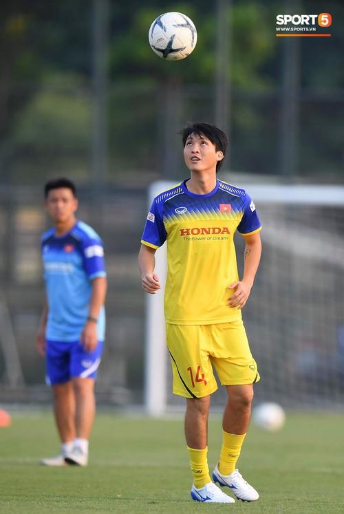 Văn Toàn sút bóng trúng Mạc Hồng Quân sau khi suýt xếp cuối ở trò chơi của tuyển Việt Nam - Ảnh 9.