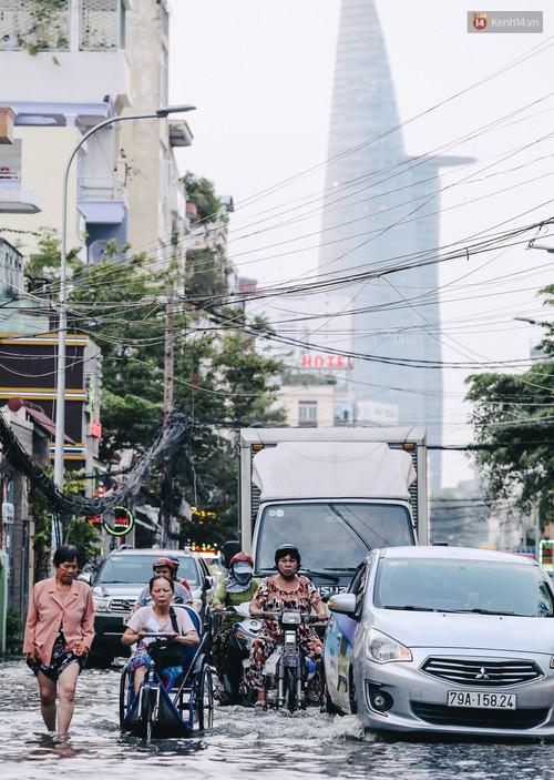 Ảnh: Trung tâm Sài Gòn ngập nước trong ngày triều cường đạt đỉnh, kẹt xe kinh hoàng khắp các ngả đường - Ảnh 3.