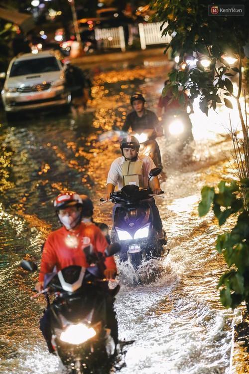 Ảnh: Trung tâm Sài Gòn ngập nước trong ngày triều cường đạt đỉnh, kẹt xe kinh hoàng khắp các ngả đường - Ảnh 16.