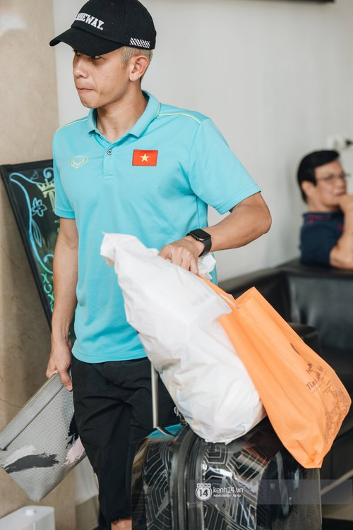 Tuyển Việt Nam bảnh bao ngày về nước, xịn nhất vẫn là Văn Hậu: Diện áo đội mà nhìn cứ y người mẫu! - Ảnh 13.