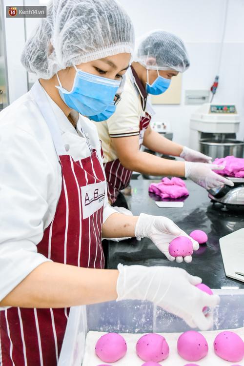 Cận cảnh quy trình sản xuất bánh mì thanh long của Việt Nam được báo Mỹ hết lời khen ngợi - Ảnh 5.