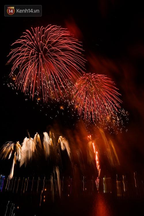 Mãn nhãn với màn pháo hoa rực rỡ trên bầu trời Đất Tổ trong đêm khai hội Đền Hùng - Ảnh 7.