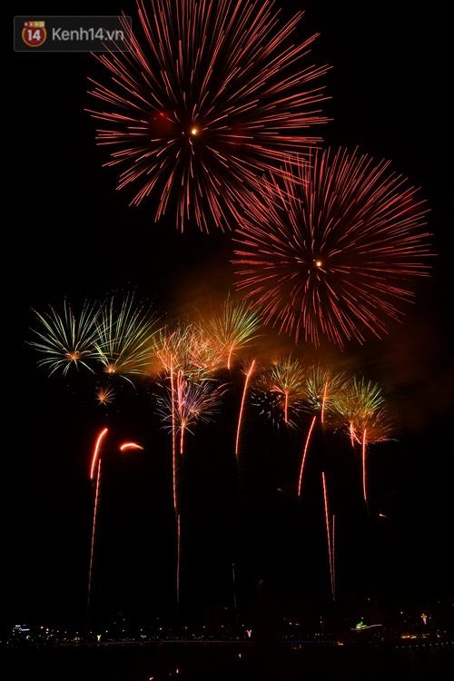 Mãn nhãn với màn pháo hoa rực rỡ trên bầu trời Đất Tổ trong đêm khai hội Đền Hùng - Ảnh 5.