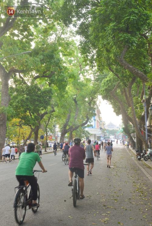 Ảnh, clip: Sáng nay, dân Hà Nội mở đường đua xe đạp đông nghịt quanh Hồ Gươm bất chấp quy định không tụ tập phòng dịch Covid-19 - Ảnh 13.