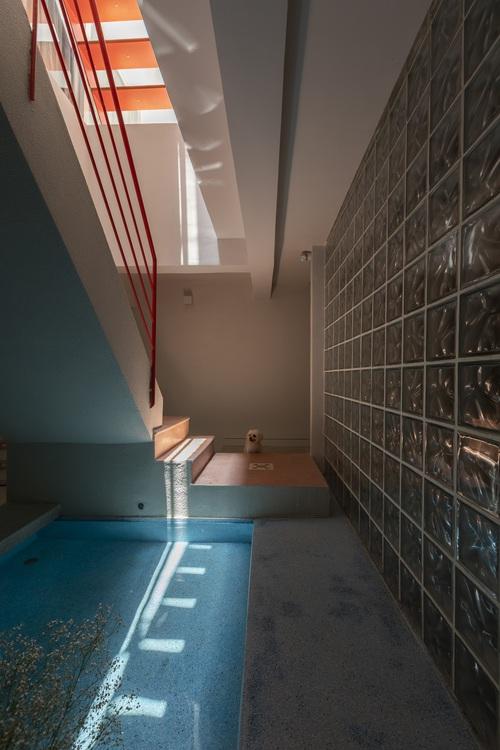 Cải tạo nhà 40 năm tuổi: Mở tận 3 giếng trời, ấn tượng nhất là cầu thang màu đỏ không đụng hàng - Ảnh 10.