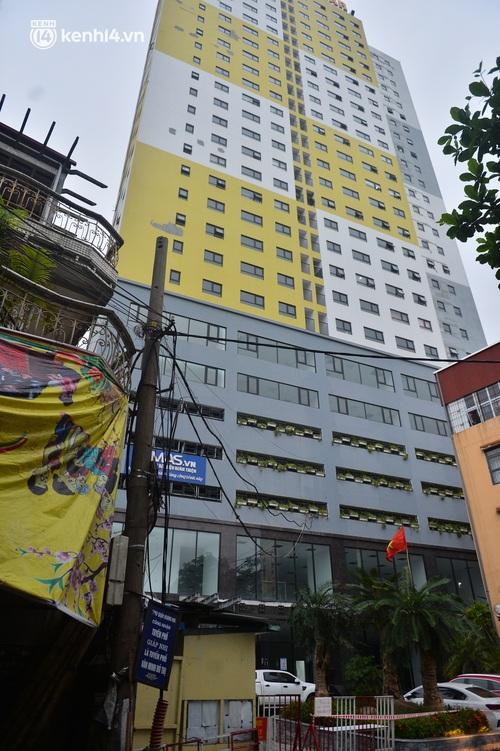 Ảnh: Bất chấp lệnh cấm, chợ liên quan ca dương tính ở Hà Nội vẫn tấp nập người mua kẻ bán - Ảnh 11.