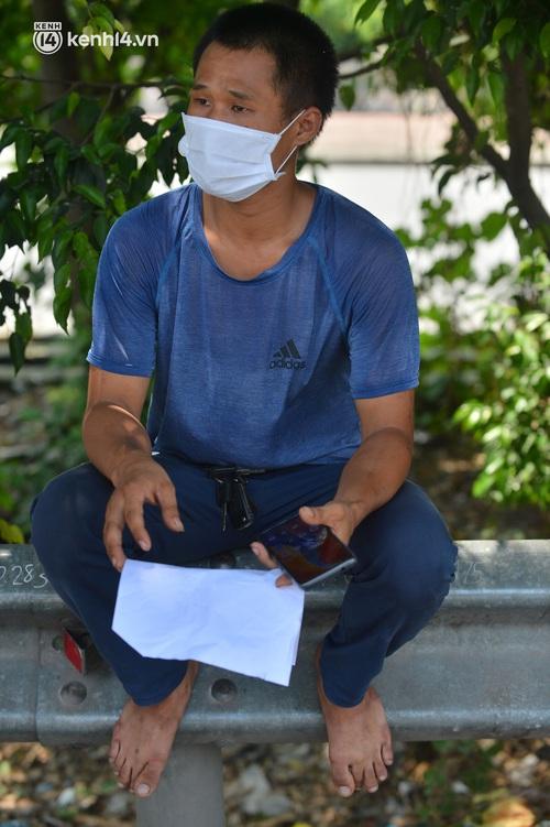Hà Nội: Chốt kiểm dịch cầu Phù Đổng thông thoáng, nhiều tài xế xe đường dài phải ăn mì tôm 2 ngày chờ qua chốt - Ảnh 17.