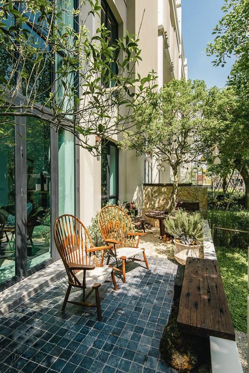 Căn villa 400m2 có khoảng sân vườn ngập nắng gió, thiết kế đẹp tinh tế, giản đơn đề cao sự không hoàn hảo - Ảnh 2.