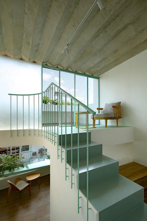 Ngôi nhà trong hẻm nổi bật với gam xanh mint siêu cưng, hay nhất là thiết kế zigzag độc lạ đỉnh của chóp - Ảnh 9.