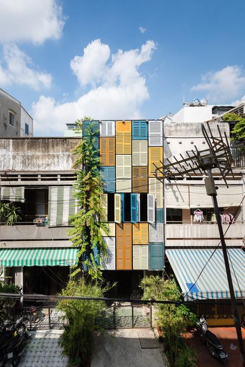 Ngôi nhà 60m2 với vô vàn ô cửa sắc màu ở Sài Gòn, bên trong chuẩn vibe vintage quá mê - Ảnh 1.