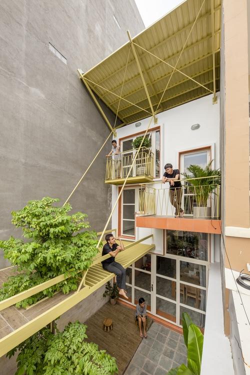 Nhà mái đôi Sài Gòn xinh ngất ngây với thiết kế lõi xanh, chỉ ngắm cũng thấy ngập tràn năng lượng tích cực  - Ảnh 1.