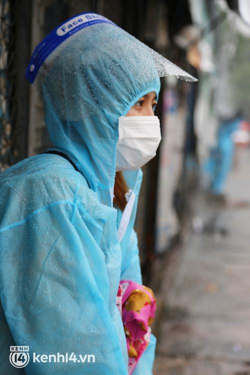 Hàng trăm bà bầu đội mưa, đợi xe về Quảng Ngãi sau bao ngày trông ngóng: Được về là tốt lắm rồi - Ảnh 5.