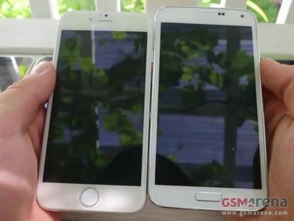 """... Mới Đây Một Hình Ảnh Nữa Liên Quan Đến Thiết Bị Này Đã Bị Rò Rỉ. Lần  Này, Iphone 4,7 Inch Được Mang Ra """"Đọ"""" Kích Thước Với Galaxy S5 Đến Từ  Samsung."""