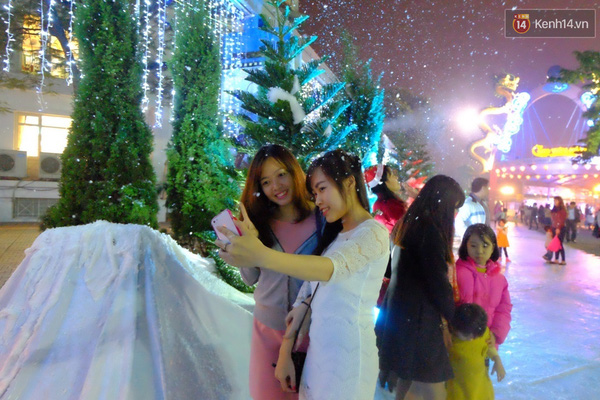 Người Hà Nội háo hức với màn tuyết rơi ở Công viên nước Hồ Tây - Ảnh 2.