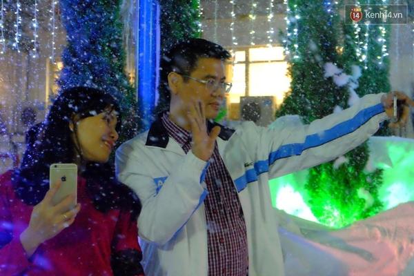 Người Hà Nội háo hức với màn tuyết rơi ở Công viên nước Hồ Tây - Ảnh 6.
