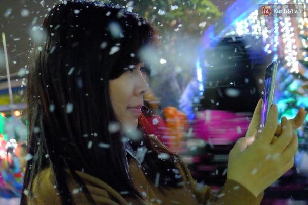 Người Hà Nội háo hức với màn tuyết rơi ở Công viên nước Hồ Tây - Ảnh 7.