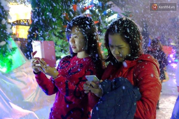 Người Hà Nội háo hức với màn tuyết rơi ở Công viên nước Hồ Tây - Ảnh 8.