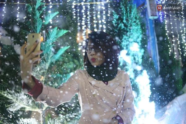 Người Hà Nội háo hức với màn tuyết rơi ở Công viên nước Hồ Tây - Ảnh 4.