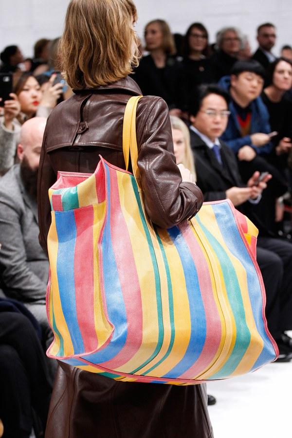 Hài hước túi xách nghìn đô của Balenciaga giống hệt túi nilon Thái Lan - Ảnh 1.