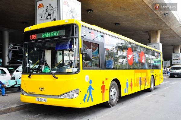 Trải nghiệm tuyến xe buýt 5 sao đầu tiên từ sân bay Tân Sơn Nhất vào trung tâm Sài Gòn - Ảnh 1.