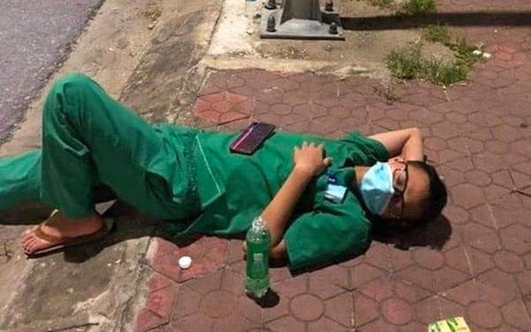 """Xúc động hình ảnh những nhân viên y tế mệt lả sau khi lấy mẫu, """"ngủ tạm"""" ở vỉa hè lúc 3 giờ sáng"""