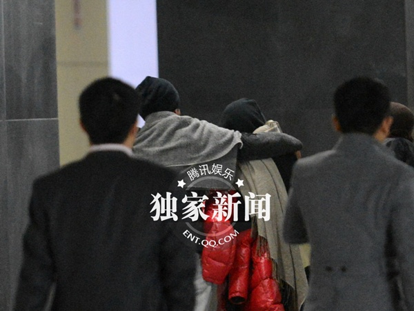 Dương Mịch và Lưu Khải Uy ôm nhau giữa nhà ga 2