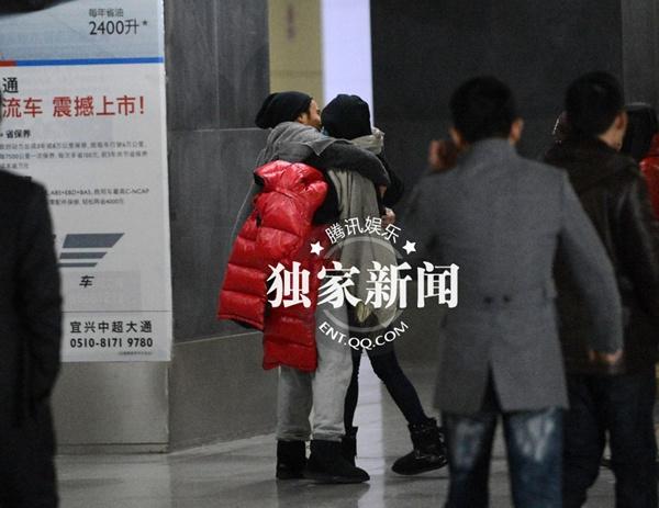 Dương Mịch và Lưu Khải Uy ôm nhau giữa nhà ga 4