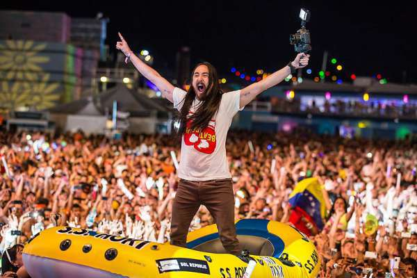 Steve-Aoki-Crowd-Surfing-db35c