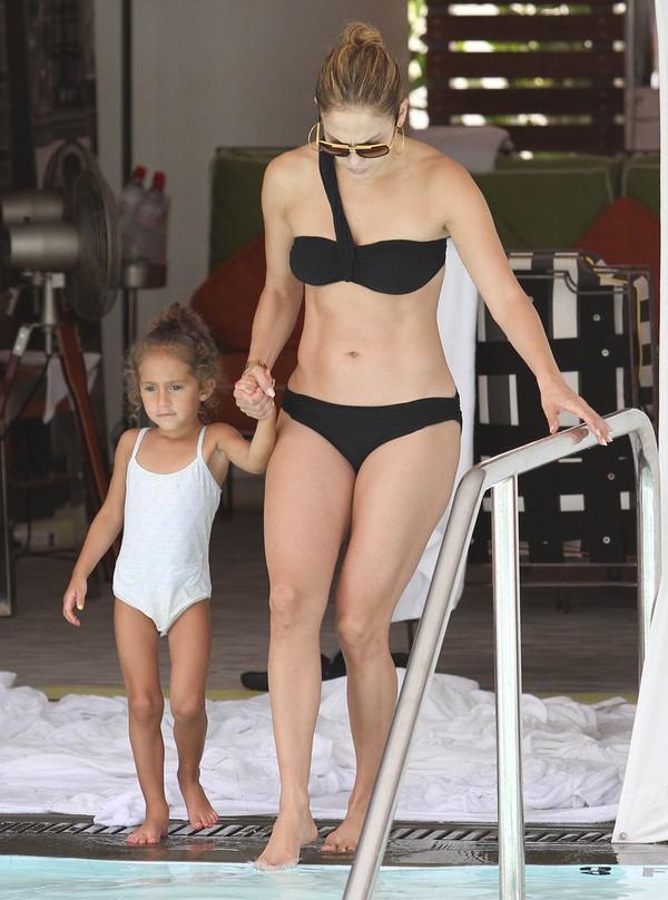 Jennifer-Lopez-Black-Bikini-Pictures-1350f
