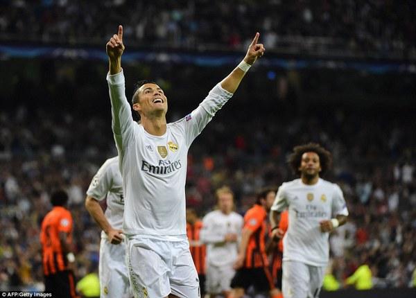 2C5A8D4900000578-3235878-Ronaldo_celebrates_his_goal_as_his_fellow_Madrid_team_mates_make-a-22_1442350864949-d386f