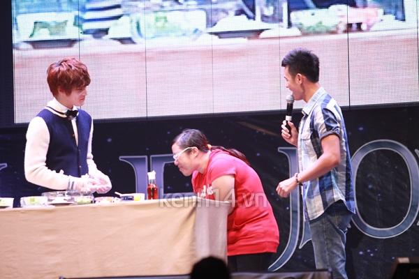 Jaejoong ngượng ngùng đút kimbap cho fan 10