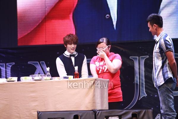 Jaejoong ngượng ngùng đút kimbap cho fan 11