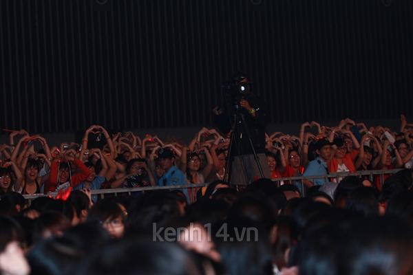 Jaejoong ngượng ngùng đút kimbap cho fan 48