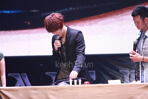 Jaejoong ngượng ngùng đút kimbap cho fan 42
