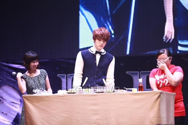 Jaejoong ngượng ngùng đút kimbap cho fan 13